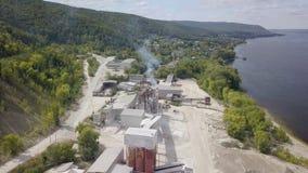 Luchtmening van installatie van verwerking van kalksteen in de zomerdag stock video