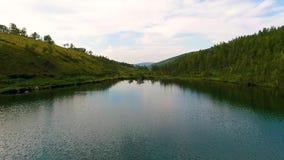 Luchtmening van Ivanovskie-meren, waterval, gletsjer na regen en vóór zonsondergang, Republiek van Khakassia Rusland stock footage
