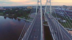 Luchtmening van kabel-gebleven brug over de Neva-rivier stock videobeelden