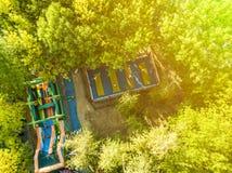 Luchtmening van kinderen die pret in openbaar stadspark F hebben stock afbeelding