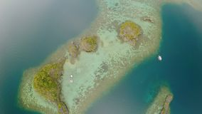Luchtmening van kleine eilanden Siete Pecados dichtbij in Coron-Baai PALAWAN bewolking stock video