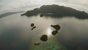 Luchtmening van kleine eilanden Siete Pecados dichtbij in Coron-Baai PALAWAN bewolking stock footage