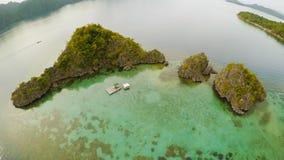 Luchtmening van kleine eilanden Siete Pecados dichtbij in Coron-Baai PALAWAN bewolking stock foto's