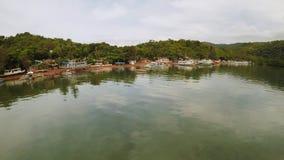 Luchtmening van kleine eilanden Siete Pecados met boten in Coron-Baai Palawandorp bewolking stock footage
