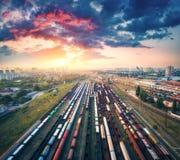 Luchtmening van kleurrijke goederentreinen Brits Station Stock Afbeelding