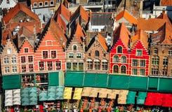 Luchtmening van kleurrijke vierkant en huizen in Brugge stock foto