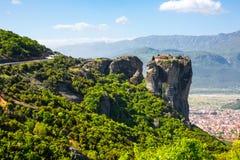 Luchtmening van klooster bij Meteora-klip en Kalambaka-stad, Griekenland Royalty-vrije Stock Afbeeldingen