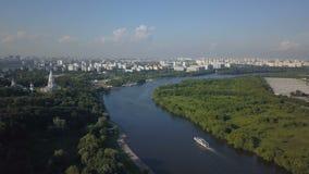Luchtmening van Kolomenskoye-park en de rivier van Moskou stock videobeelden