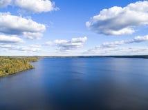 Luchtmening van kust met strand, lagunes Kustlijn met zand en water Landschap Lucht Photography birdseye Hemel, wolken stock afbeelding
