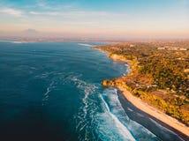 Luchtmening van kustlijn in Bali met oceaan, stranden en vulkaan stock afbeelding