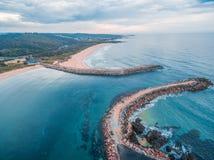 Luchtmening van kustlijn dichtbij Narooma bij schemer, NSW, Australië royalty-vrije stock afbeeldingen