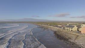 Luchtmening van lahinchstrand in provincie Clare Ierland lahinch of lehinch is westkust Iers beroemd het surfen strand op wilde a stock videobeelden