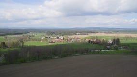 Luchtmening van landbouwbedrijfplatteland met gebieden stock footage