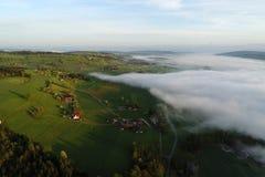 Luchtmening van landbouwbedrijven in Zwitserland op een de lenteochtend royalty-vrije stock afbeelding