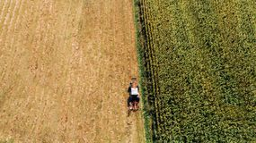 Luchtmening van landbouwer die moderne machines om te oogsten met behulp van stock fotografie