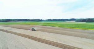 Luchtmening van landbouwer het zaaien gebied stock videobeelden