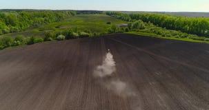 Luchtmening van landbouwtrekker die gebied cultiveren Tractor op het werk stock video