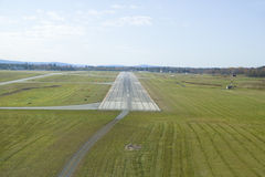 Luchtmening van landingsbaan voor Sanford Maine-luchthaven stock afbeelding
