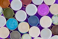 Luchtmening van lege koppen in een concept honger stock afbeeldingen