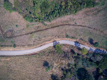 Luchtmening van lege weg en landbouwgrond Stock Afbeelding
