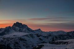 Luchtmening van levendige mooie zonsondergang over de winter alpiene pieken royalty-vrije stock fotografie