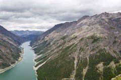 Luchtmening van Livigno-meer in de Bergen van Alpen, Italië Stock Foto