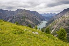 Luchtmening van Livigno-meer in de Bergen van Alpen, Italië Royalty-vrije Stock Foto