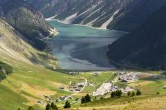 Luchtmening van Livigno-meer in de Bergen van Alpen, Italië Royalty-vrije Stock Afbeelding