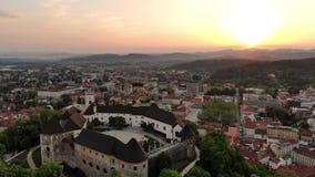 Luchtmening van Ljubljana, hoofdstad van Slovenië in zonsondergang stock footage