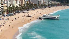 Luchtmening van ` Lloret de Mar `, wanneer een toeristenboot bij het strand aankomt Geschoten op Canon 5D Mark II met Eerste l-Le stock video