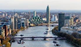 Luchtmening van Londen en de Rivier Theems, het UK stock afbeeldingen
