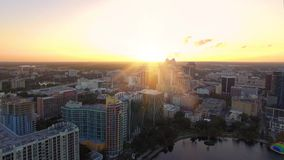 Luchtmening van Meer Eola en Orlando Skyline, Florida stock video