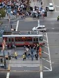 Luchtmening van menigte van mensen die straat kruisen om aan ballpar te krijgen Stock Afbeeldingen