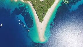 Luchtmening van mensen die op een zandig strand op het Eiland Brac, Kroatië zonnebaden stock footage
