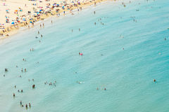 Luchtmening van Mensen die Pret hebben en in Peniscola-Strandtoevlucht bij Middellandse Zee in Spanje ontspannen Royalty-vrije Stock Foto