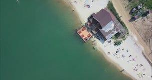 Luchtmening van mensen op een zandig strand bij Meer stock video