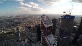 Luchtmening van Mercury City Tower en panorama van de stad van Moskou stock videobeelden