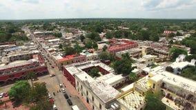 Luchtmening van Mexicaanse stad Hommellengte van typische Mexicaanse huizen en wegen stock footage