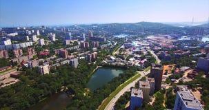 Luchtmening van Mijnpark met meren, woonwijk van Vladivostok Rusland stock video