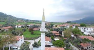 Luchtmening van Minaret en klein Dorp in Anatolië, Turkije stock footage