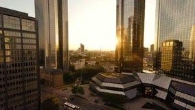 Luchtmening van modern bankwezendistrict in Frankfurt stock video