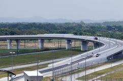 Luchtmening van modern weg en viaduct stock afbeelding
