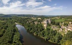 Luchtmening van Montfort-kasteel en Dordogne-rivier royalty-vrije stock foto