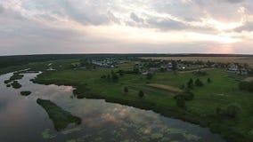 Luchtmening van mooi meer bij zonsondergang stock video
