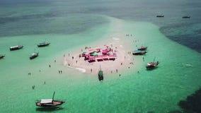 Luchtmening van mooi zand tropisch eiland stock footage