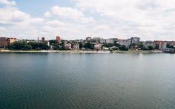Luchtmening van mooie groene stad, de dijk en het blauwe meer Ternopil ukraine stock fotografie