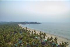 Luchtmening van mooie kustlijn van Indische Oceaan met tropisch bos, zandig strand en kalm blauw water in Goa, Palolem-strand stock afbeeldingen