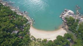 Luchtmening van Mooie Tropische Baai met Melkachtig Turkoois Water stock videobeelden