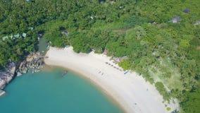Luchtmening van Mooie Tropische Baai met Melkachtig Turkoois Water stock video