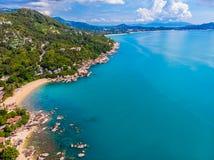 Luchtmening van mooie tropische strand en overzees met palm en ot Royalty-vrije Stock Afbeelding